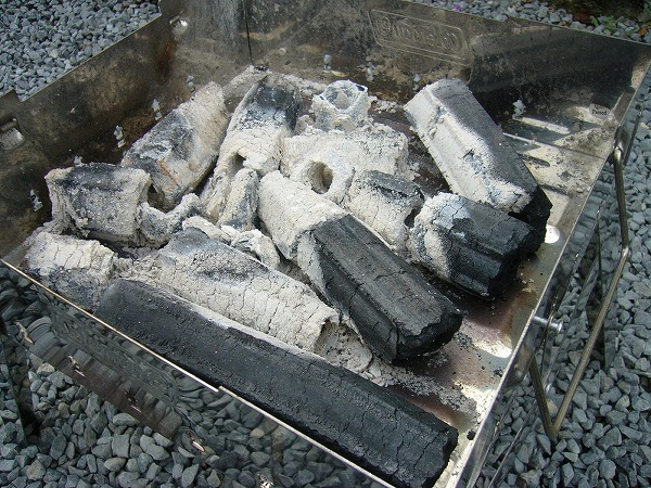 鍋を除けてみるとイコッタ炭