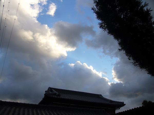 青空と雪雲の勢力争い