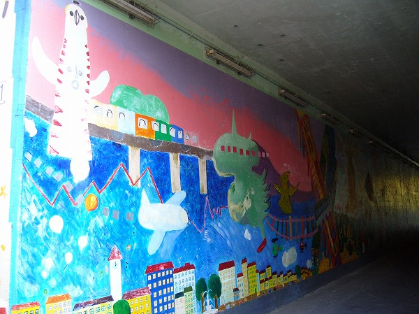 絵が描かれているトンネルを通って