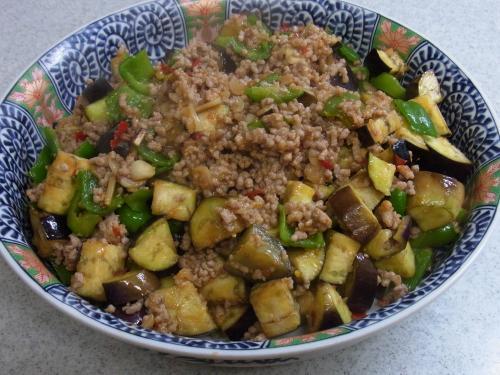 110529-010豚挽肉と茄子とピーマンの甘辛味噌炒め(縮小)