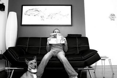 雑誌 女性 表情 モノクロ 犬
