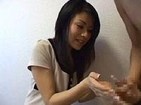 人妻熟女yourfilehost動画:【センズリ鑑賞】清楚系人妻にドМ男のセンズリを唐突に見てもらうと・・・