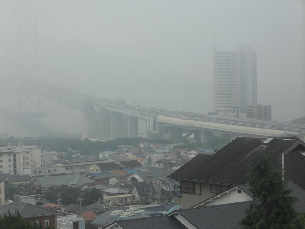 雨の明石海峡大橋