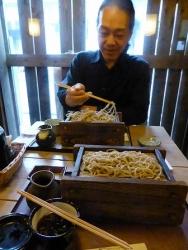 【理(ことはり)】の お蕎麦を食べるg村山義光氏