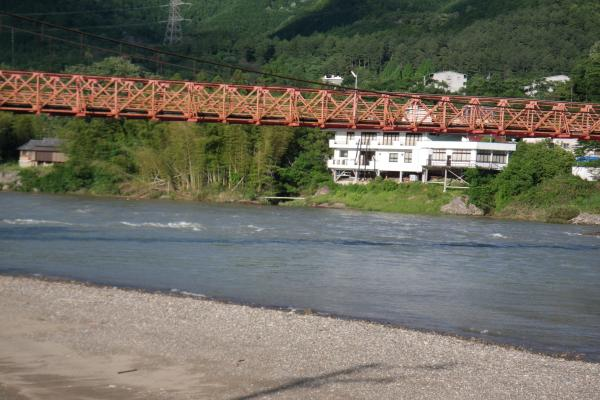雨で増水し濁流流れる新美濃橋下流