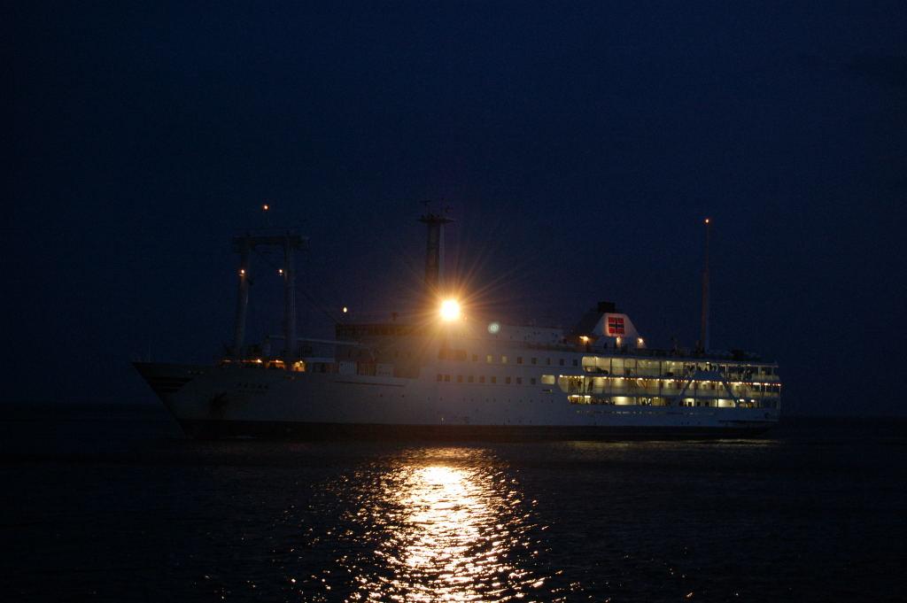 早朝の岡田港に入港するさるびあ丸