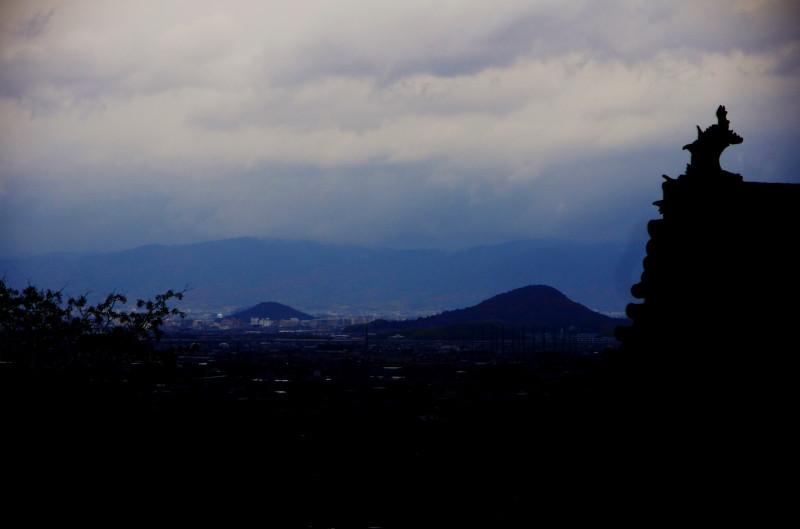 九品寺 甍と三山シルエット