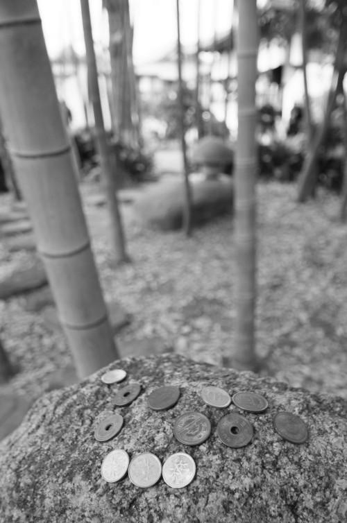 大安寺 石の上の賽銭