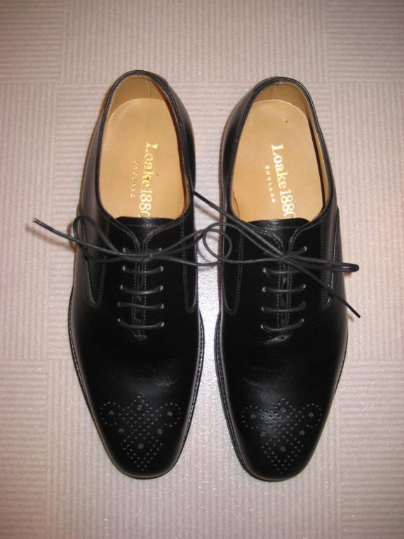 実はこの靴、以前からネットで見ていたもので、買うなら安いし個人輸入かなー、と思ってました。 でもLoakeの靴って取り扱ってる店をあまり見たことがなく、ネットで