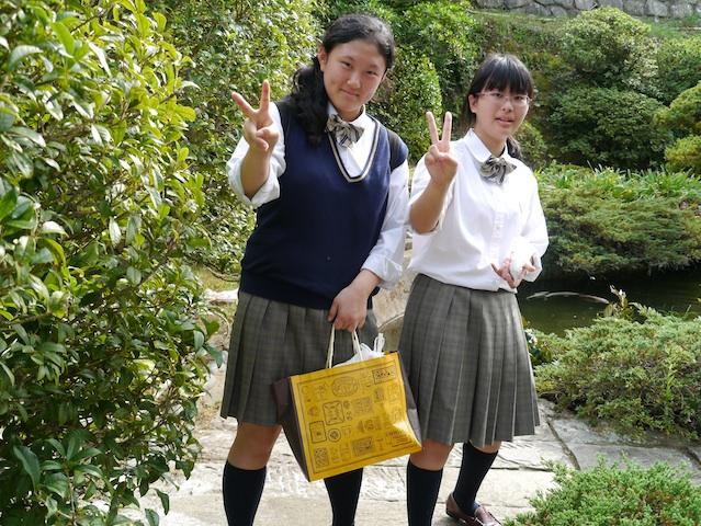 P1150602 女学生仲良し二人