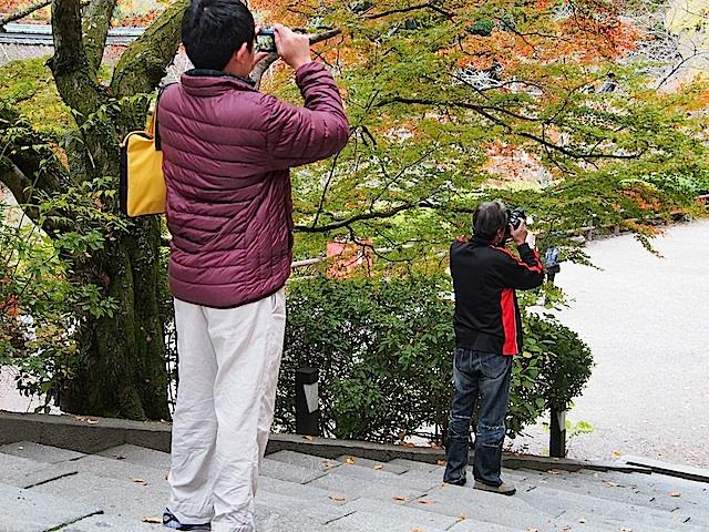 PB120493 カメラ写す二人