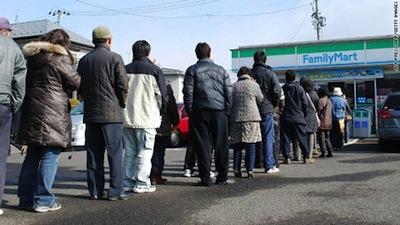 震災で食料を求めて整然と並ぶ人々