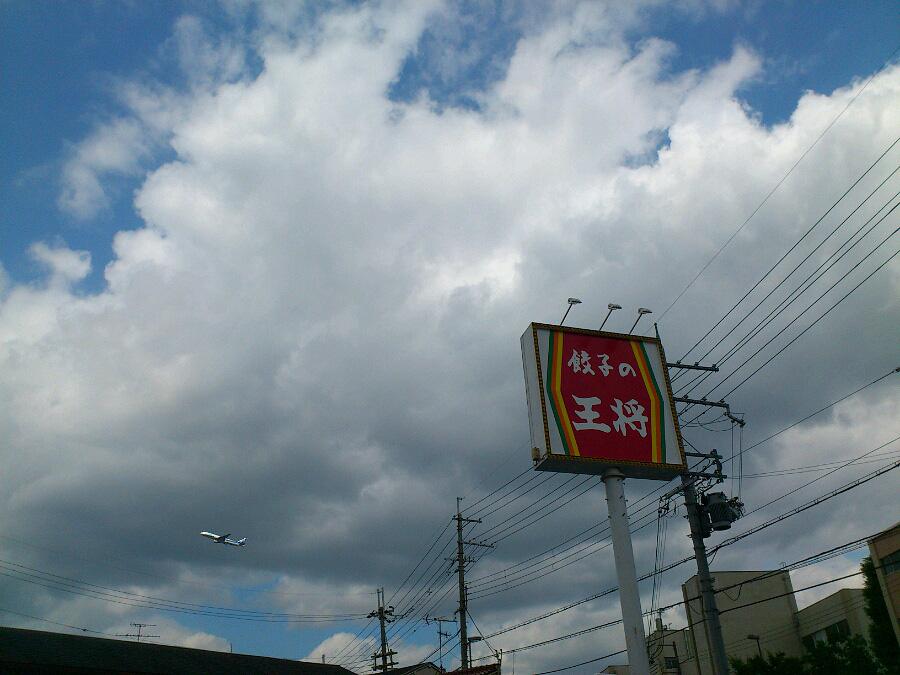 昼食後、昼下りの空@餃子の王将・伊丹緑ヶ丘店駐車場