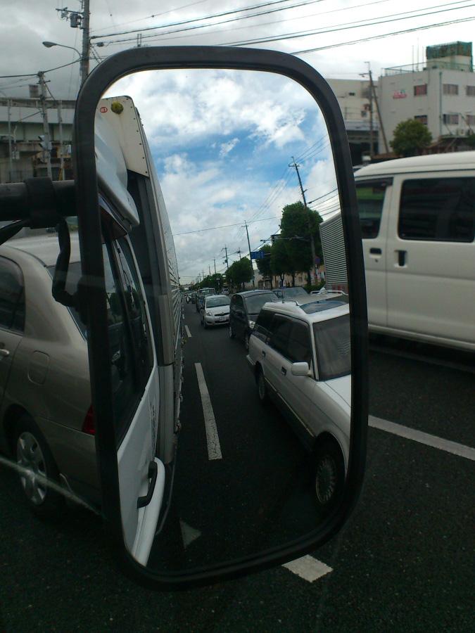 サイドミラーに見た青空@トラック(産業道路・伊丹市北村付近)