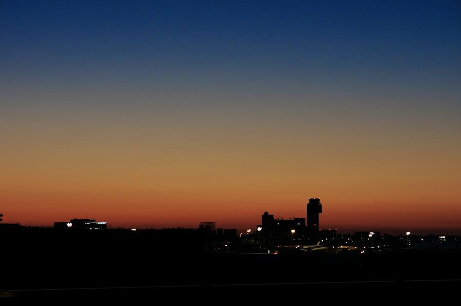 朝焼けのグラデーション(伊丹空港)