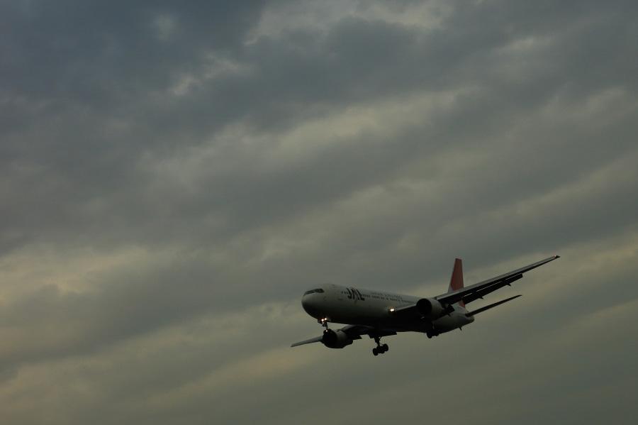 JAL B767-346 / JAL121 (JA8299)@RWY32Lエンド・千里川土手