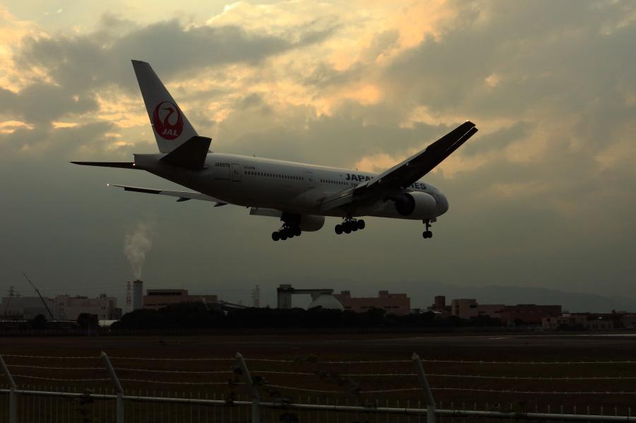 JAL B777-289 / JAL125 (JA8979)@RWY32Lエンド・千里川土手