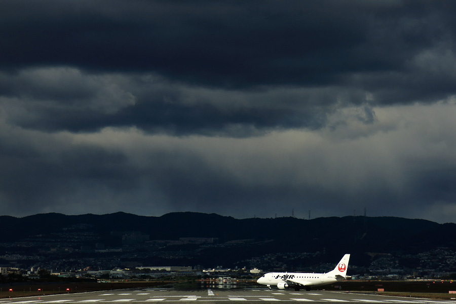 J-AIR Embraer170 / JAL2163 (JA223J)@RWY32Lエンド・千里川土手