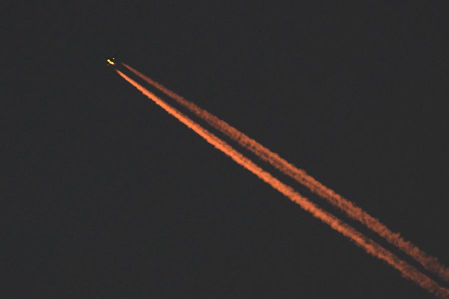 夕空に光るコントレイル@下河原緑地展望デッキ