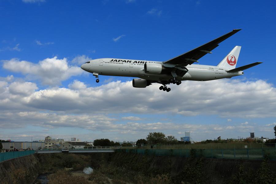 JAL B777-289 / JAL115 (JA009D)@RWY32Lエンド・千里川土手