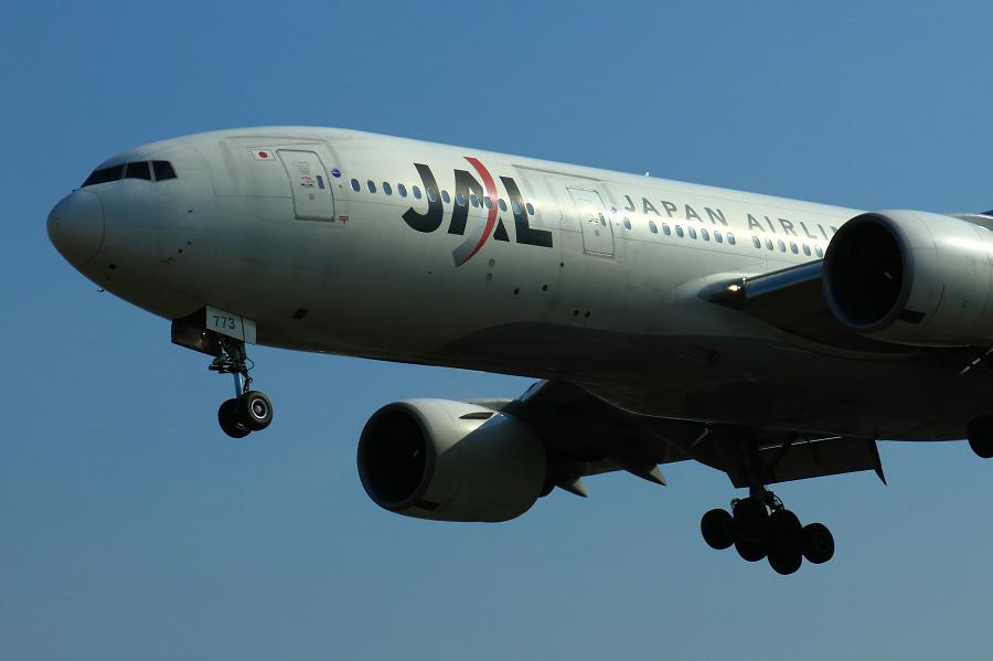 JAL B777-246 / JAL111 (JA773J)@RWY32Lエンド・千里川土手