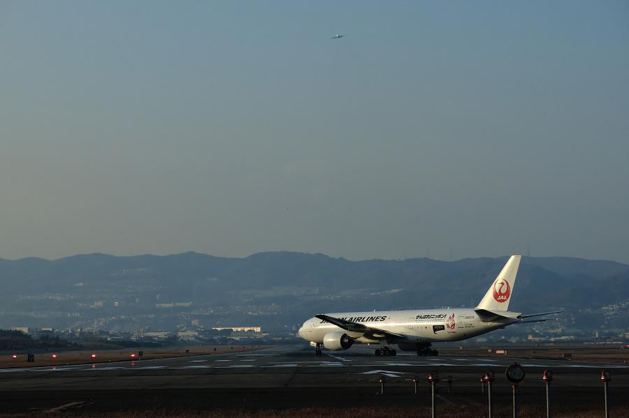 JAL B777-289 / JAL124 (JA8978)@RWY32Lエンド・千里川土手
