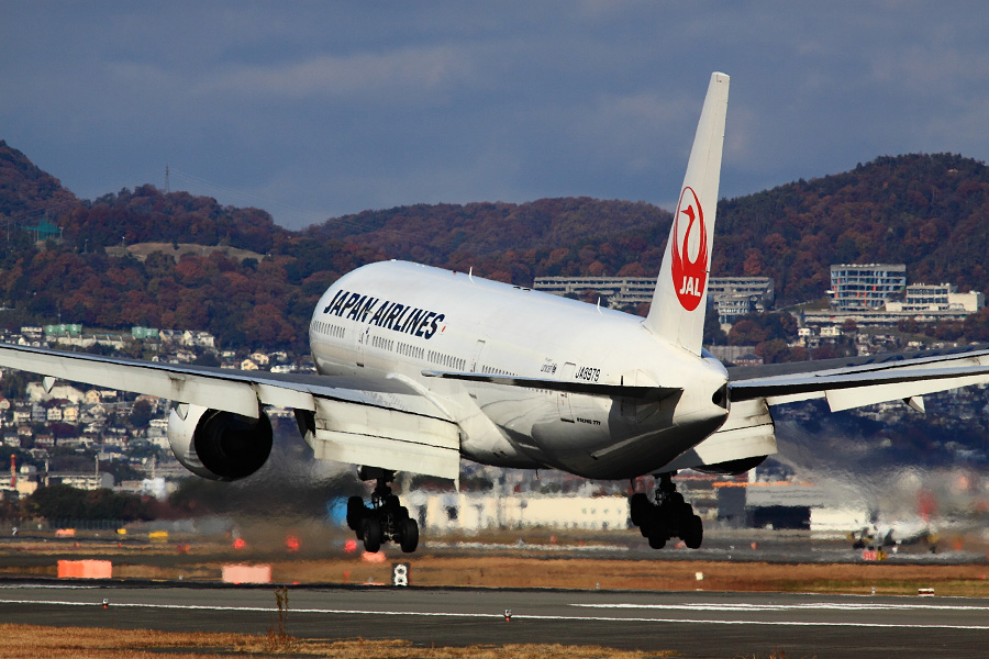 JAL B777-289 / JAL111 (JA8979)@RWY32Lエンド・千里川土手