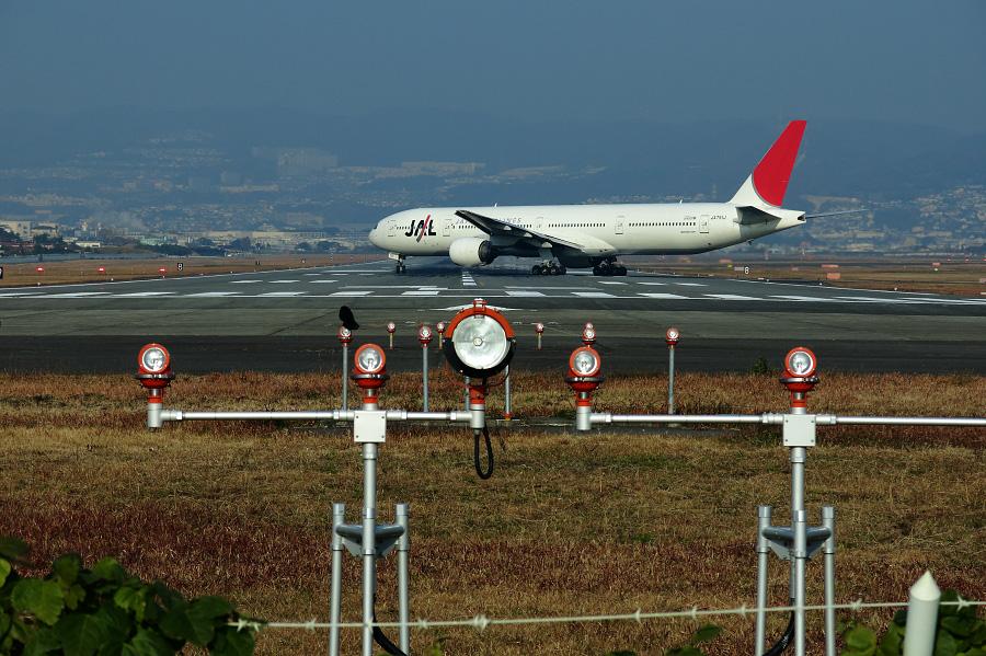 JAL B777-346 / JAL2081 (JA751J)@RWY32Lエンド・千里川土手