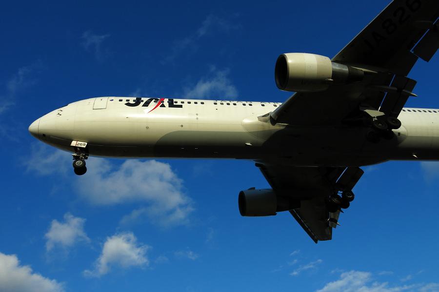 JAL B767-346 / JAL121 (JA8269)@RWY32Lエンド・千里川土手