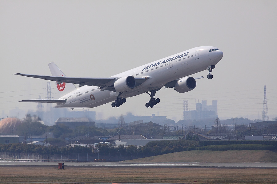 JAL B777-346 JAL2081@下河原緑地展望デッキ(by EOS 50D with SIGMA APO 300mm F2.8 EX DG/HSM)