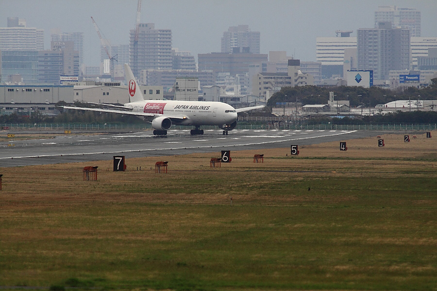 JAL B777-246 JAL114@RWY14Rエンド猪名川土手(by EOS 50D with SIGMA APO 300mm F2.8 EX DG/HSM + APO TC2x EX DG)