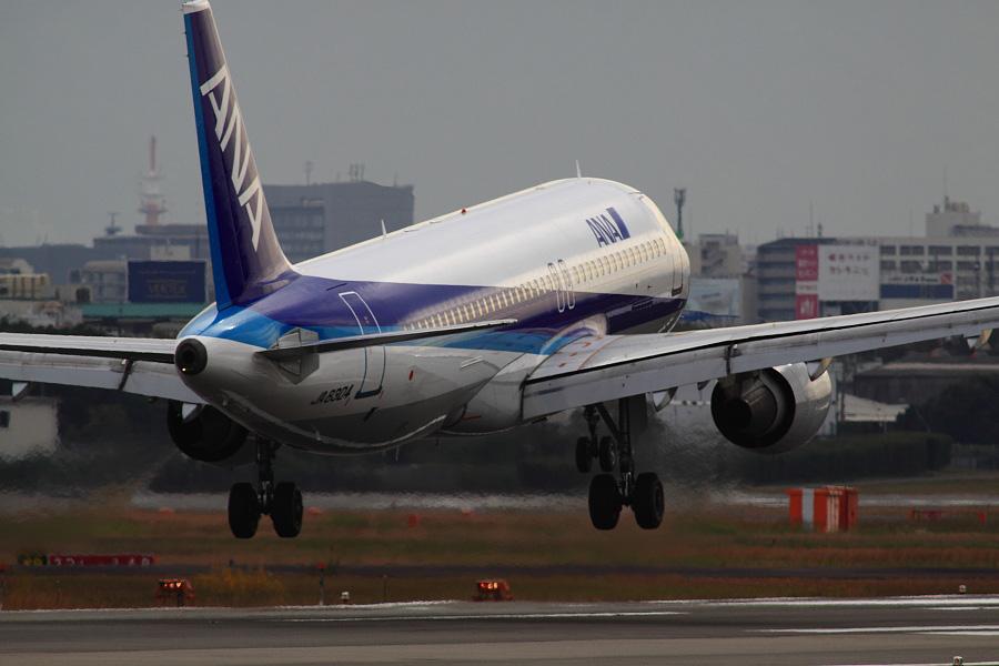 ANA A320-211 / ANA732 (JA8304)@RWY14Rエンド・猪名川土手