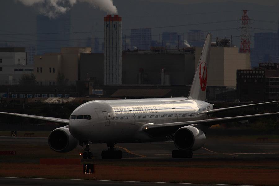 JAL B777-246 / JAL111 (JA8982)@下河原緑地展望デッキ