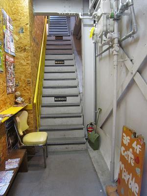 不安に思わせる階段