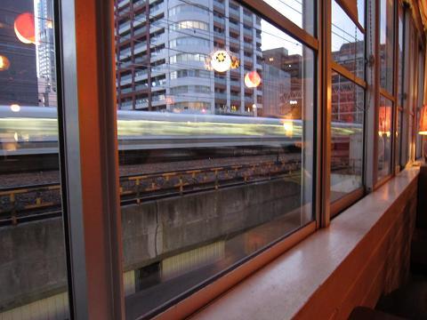 窓の外は電車