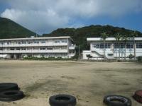 自然に囲まれた奥浦中学校に到着