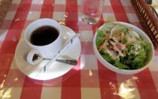 コーヒーとミニサラダ
