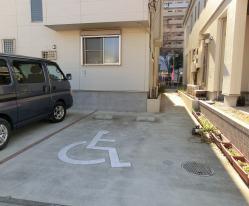 裏手の駐車場