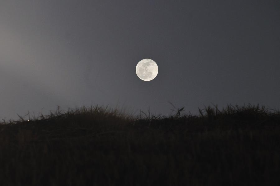 丘に昇る満月