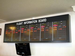 小牧基地空輸ターミナル フライトインフォメーションボード