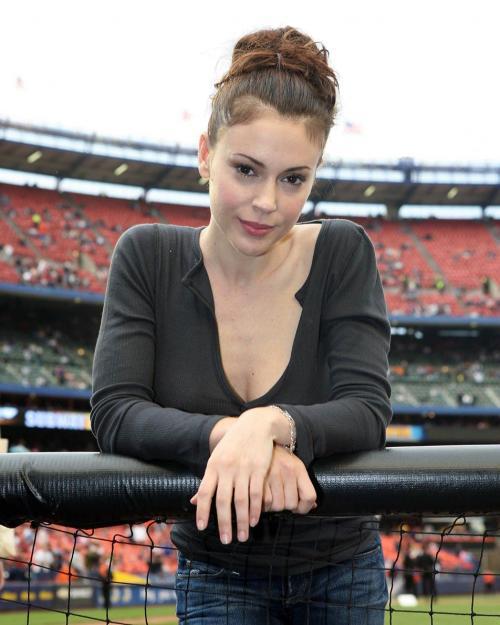 alyssa_milano_baseball_3_big_convert_20110224150434.jpg