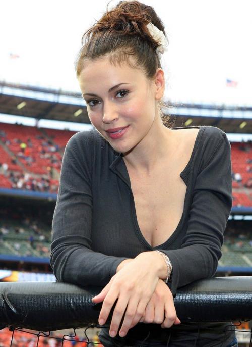 alyssa_milano_baseball_4_big_convert_20110224150454.jpg