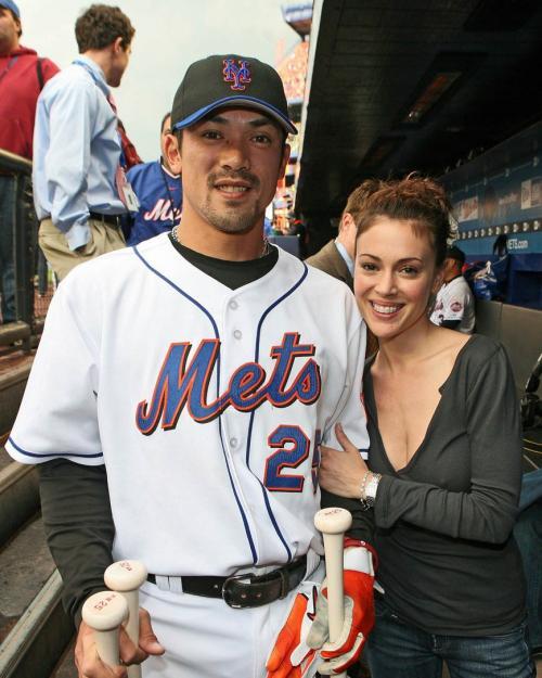 alyssa_milano_baseball_6_big_convert_20110224150509.jpg