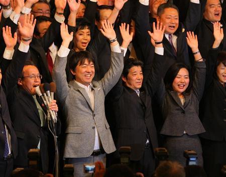 ◆当選を喜ぶ橋下徹氏(前列左から2人目)と松井一郎氏(同3人目)