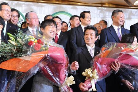 ◆花束を手に喜ぶ橋下徹氏(左)と松井一郎氏