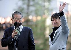 ◆橋下徹氏(右)の応援演説に来た石原慎太郎東京都知事