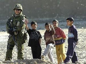 イラク・サマーワの子供たちと自衛隊員 20090809003403