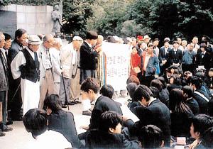 ・・韓国での修学旅行で生徒に土下座させる kolia