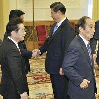 ・・習近平・国家副主席(奥)との会談に臨む輿石民主党幹事長