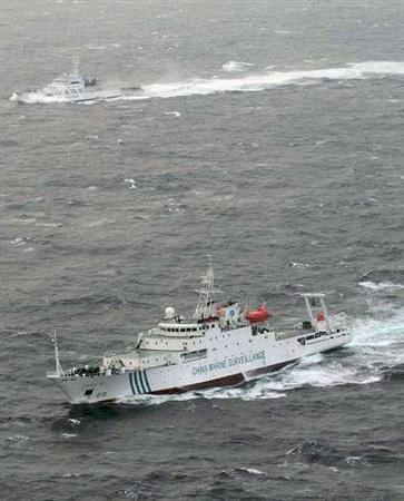 ・・・中国の「海監50」。奥は海上保安庁の巡視船 120316